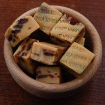 Karamelový fondán s rozinkami v rumu