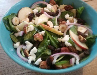 Jablečný salát se špenátem s lískovými ořechy a rozinkami